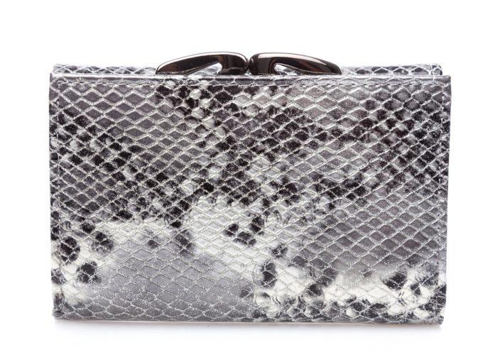 Tył portfela pokryty srebro-czarno-białym wzorem imitującym skórę węża