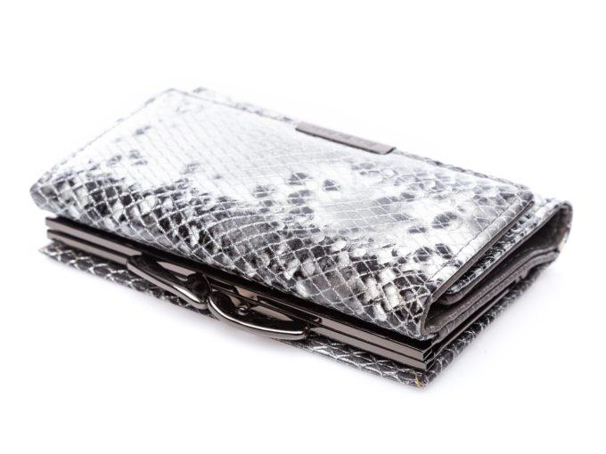 Srebrny, chromowany bigiel na górze portfela