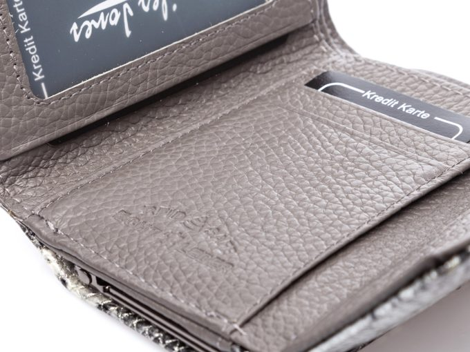 Znaczek skóry naturalnej i zabezpieczenia RFID na szarej, matowej skórze w środku portfela