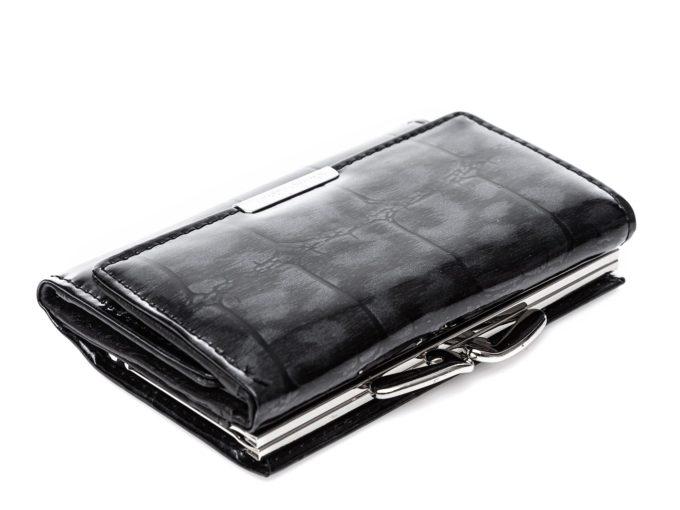 Chromowany bigiel na górze portfela