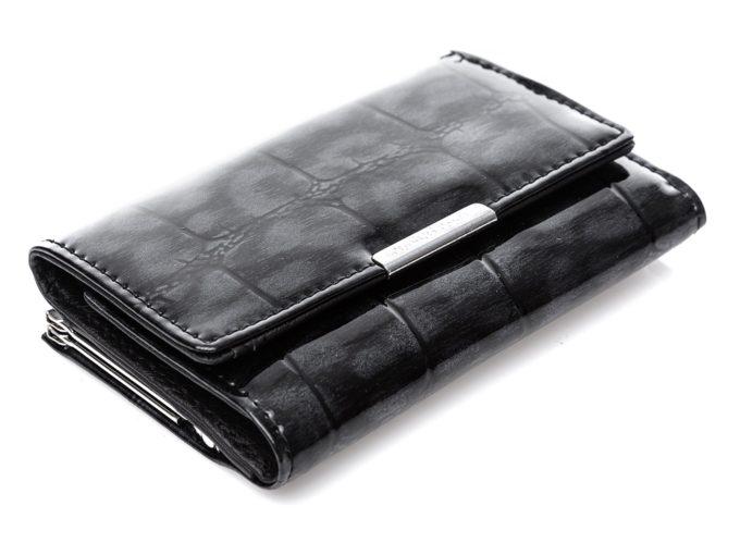 Lakierowana, błyszcząca powierzchnia całej zewnętrznej strony portfela.