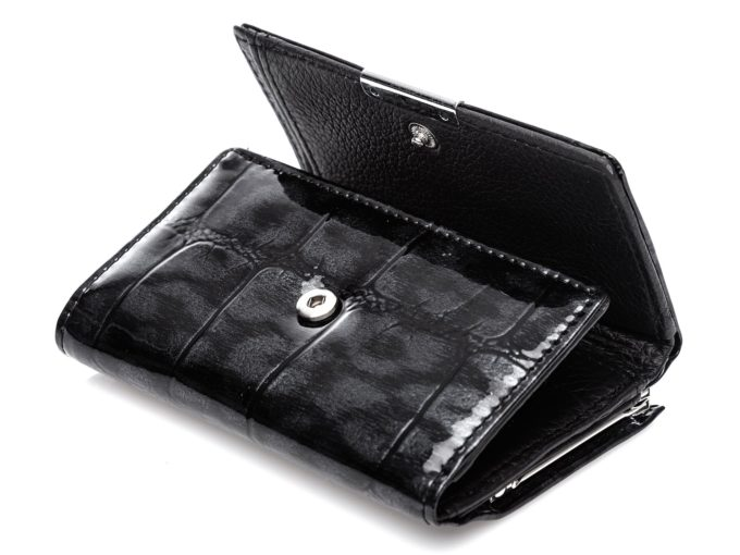 Metalowy zatrzask zamykający portfel damski