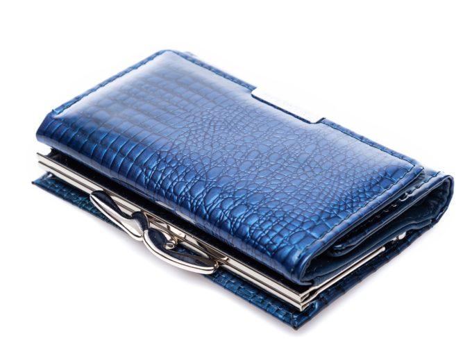 Metalowe, chromowane zapięcie na bigiel w niebieskim portfelu