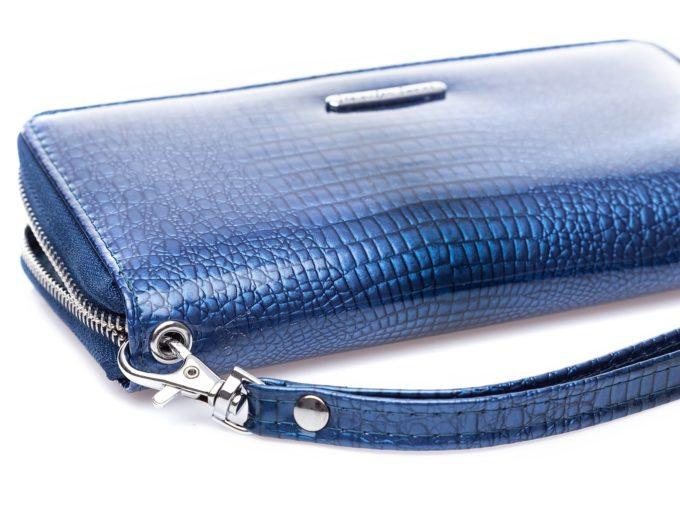 Pięknie błyszczący niebieski portfel damski typu piórnik z odczepianym paskiem