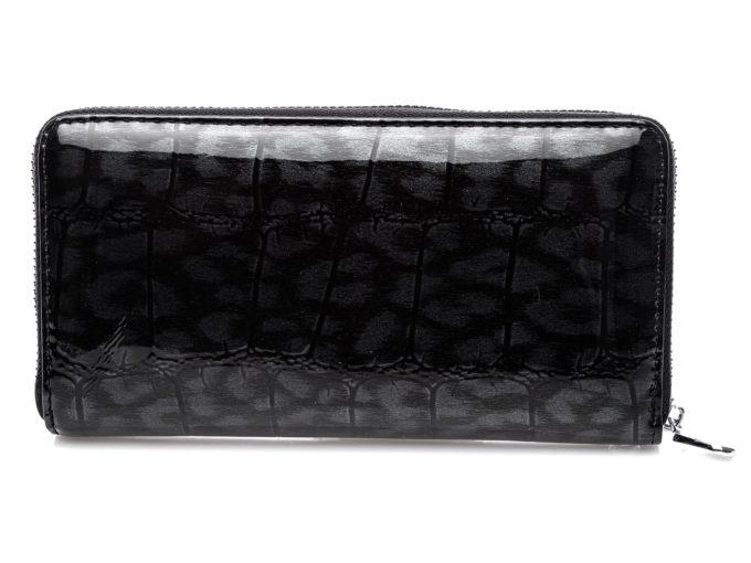 Zdjęcie portfela z tyłu z widoczną fakturą cieniowanej skóry węża w kolorze czarnym