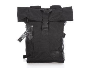 Czarny plecak campingowy z kominem