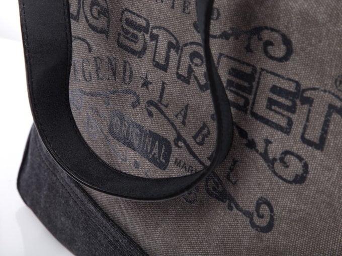 Nadrukowany czarny napis z przodu torby