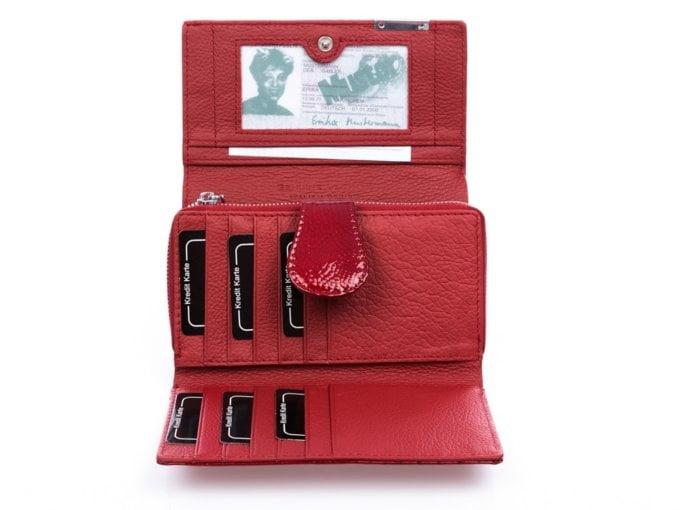 Czerwony portfel damski z kieszenią na bilon zamykaną na suwak