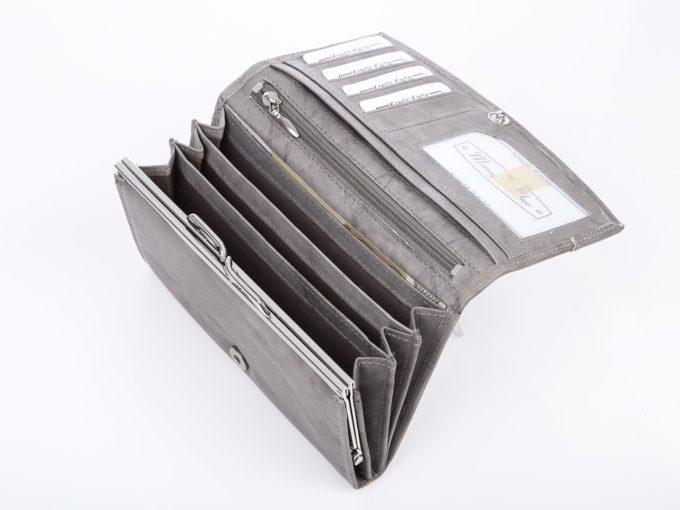 Portfel posiada trzy przegrody na banknoty