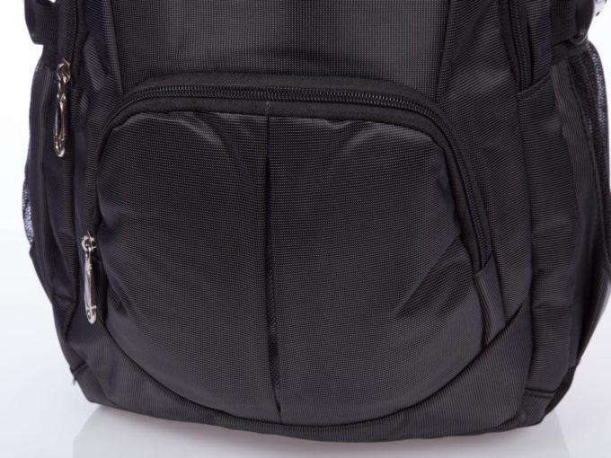 Dodatkowe kieszonki na przodzie plecaka zapinane na zamki