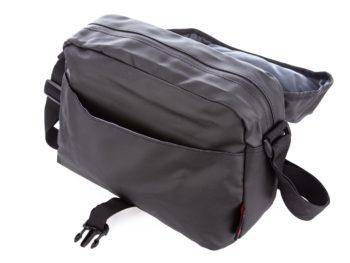 Z przodu torba posiada kieszeń otwartą