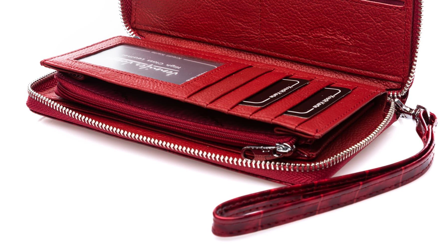 Wnętrze czerwonego portfela