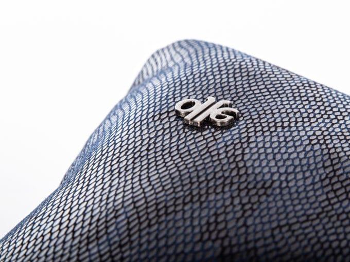 błyszcząca granatowa skóra węża