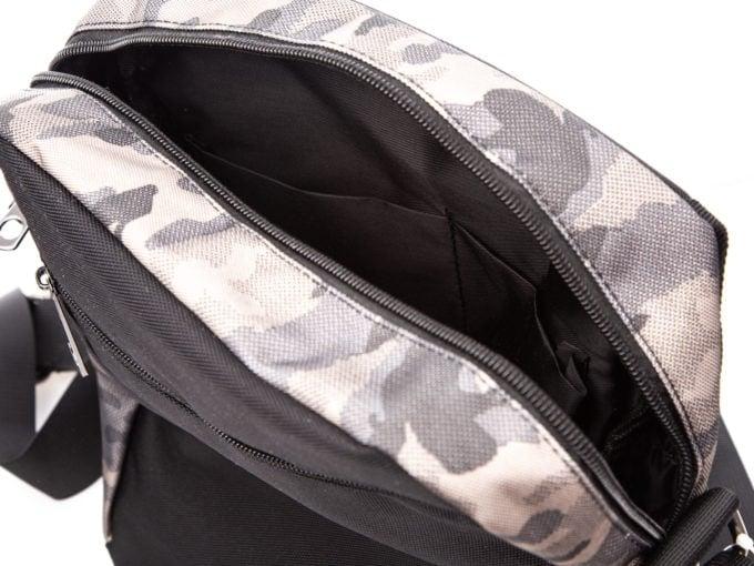 Dwie otwarte kieszonki w środku torby