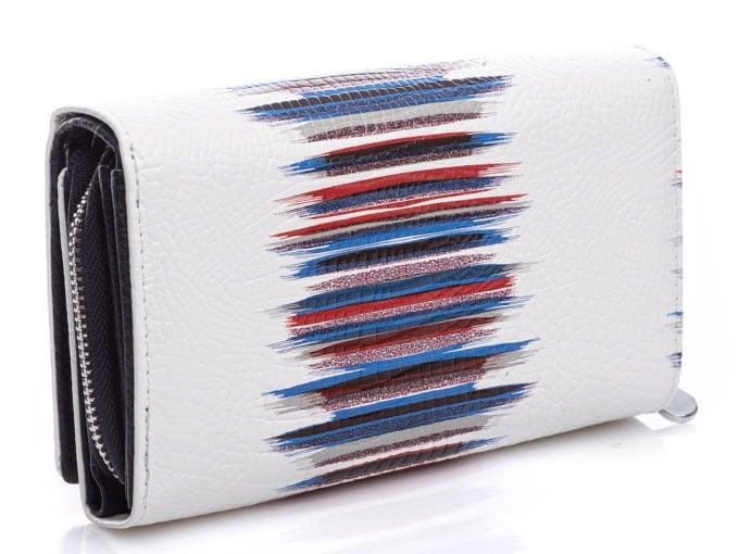 Wzór składający się z granatowo-czerwonych pasów z tyłu portfela