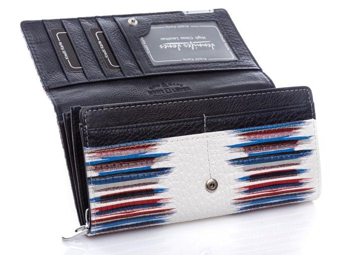 Z przodu portfel posiada 4 dodatkowe schowki na karty