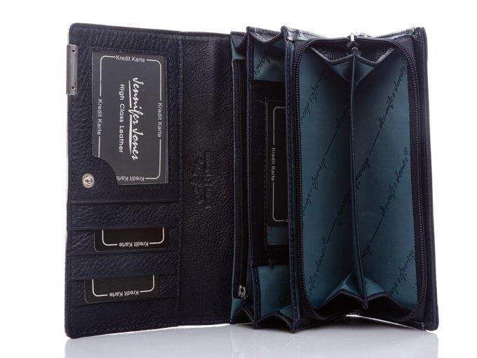 W środku, portfel jest w kolorze granatowym