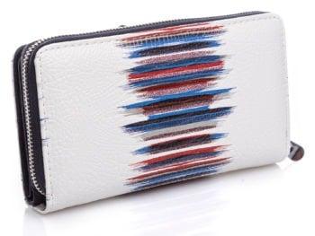 Z tyłu portfel posiada wzory w kolorze granatowo-czerwonym