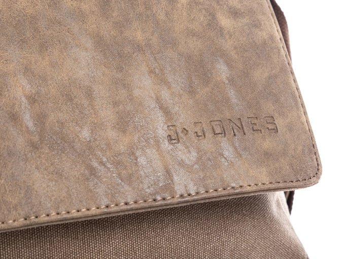 Tłoczone logo na klapie torby
