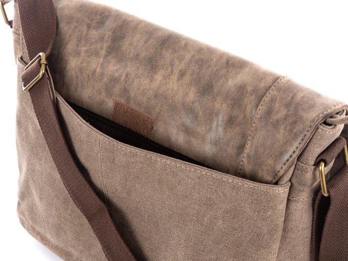 Z tyłu torba posiada kieszeń zamykaną na rzepa