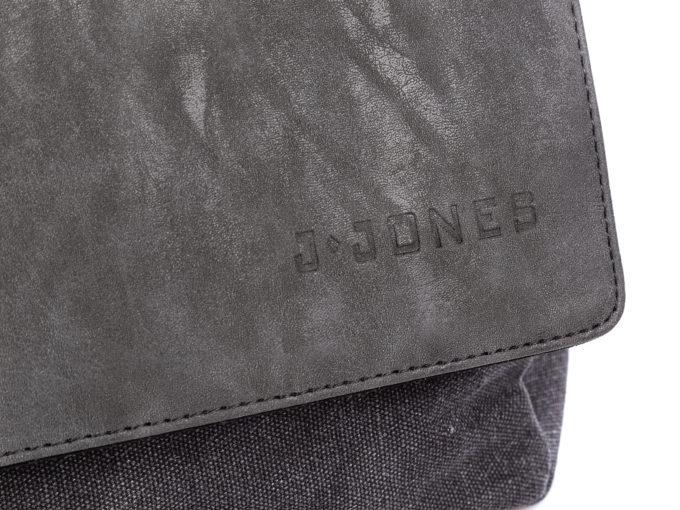 Tłoczone na klapie logo J Jones