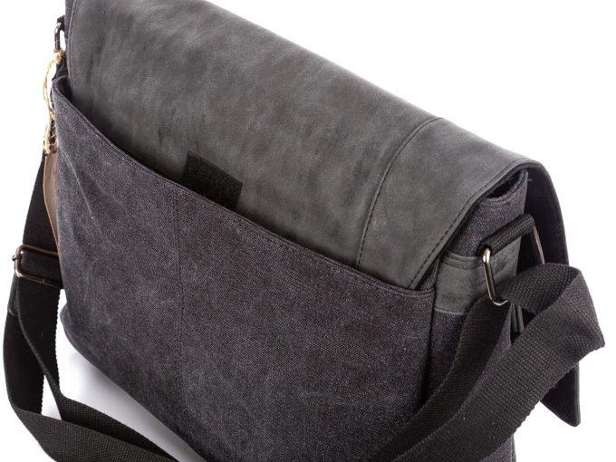 Z tyłu torba posiada dodatkową kieszeń na rzepa