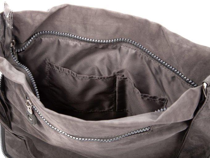 Dwa otwarte schowki w środku torby