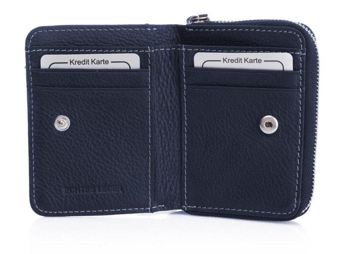 Wnętrze portfela z kieszonkami na karty, wykonane z matowej skóry naturalnej w kolorze granatowym