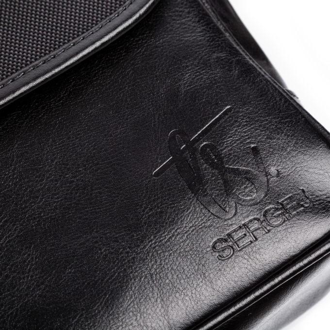 Tłoczone, eleganckie logo marki SERGEJ z przodu torby