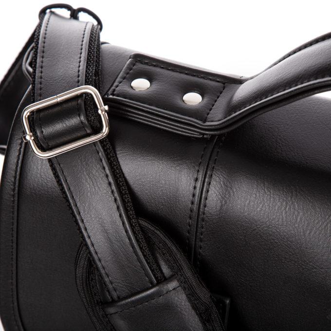 Chromowane elementy mocujące rączkę do noszenia torby w dłoni