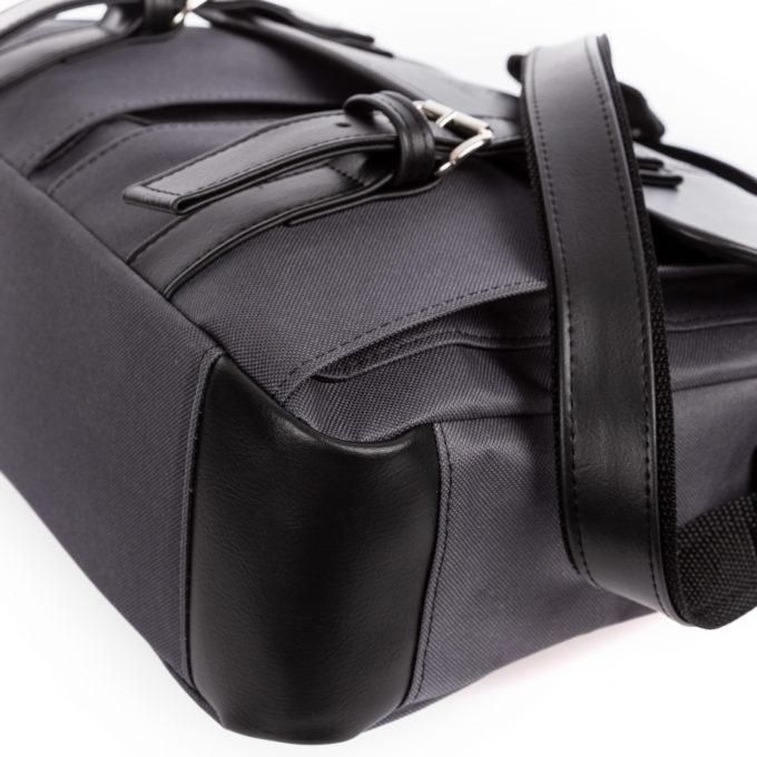 Na narożnikach z dołu torby naszyto dodatkowe elementy ze skóry ekologicznej.